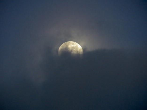 雲の背後に満月