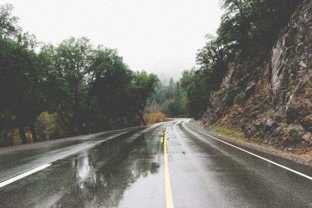 濡れた路面を走行