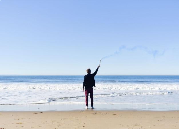 海岸での男