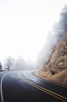 黄色の線でぼんやりとした道路