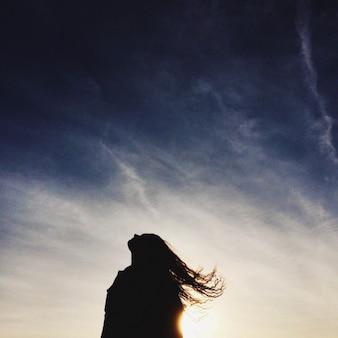 空を背景に女性のシルエット