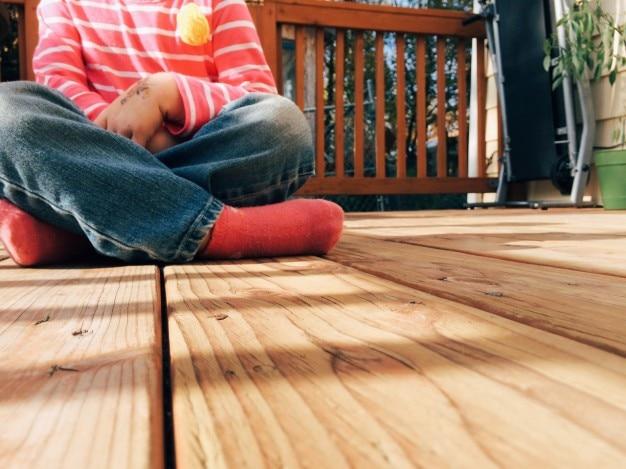 木製の床に座っガール