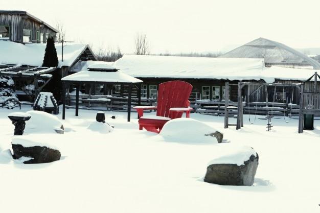 雪の上で赤い椅子