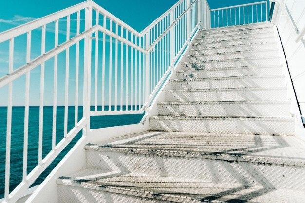 メタリックホワイト階段