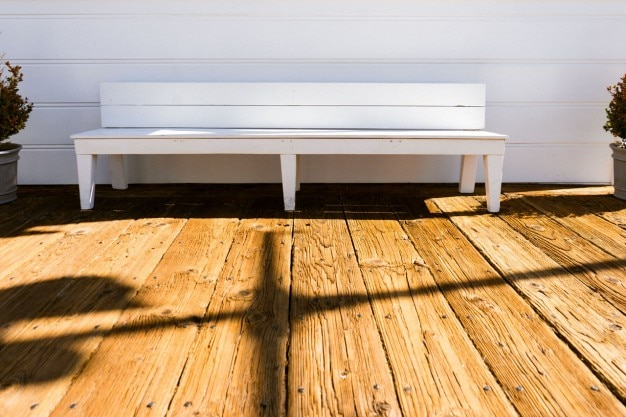 木製の白いベンチ