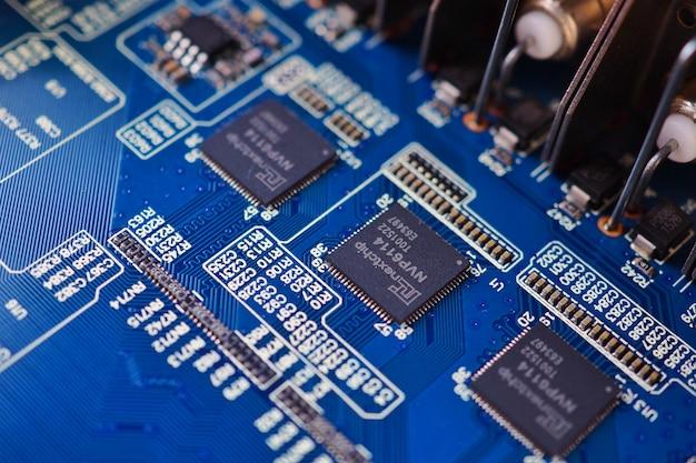 電子青い回路基板電子部品の背景を閉じます。