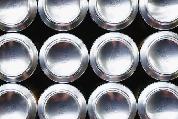 Вид сверху алюминиевые банки для напитков,