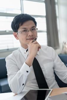 Молодой бизнесмен, работающий в офисе