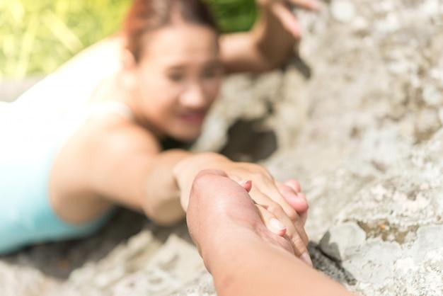 山の手助けの女性