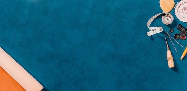 背景とコピースペースに天然皮革のクラフトツール。裁縫用具および付属品が付いている広いフレーム。上面図。