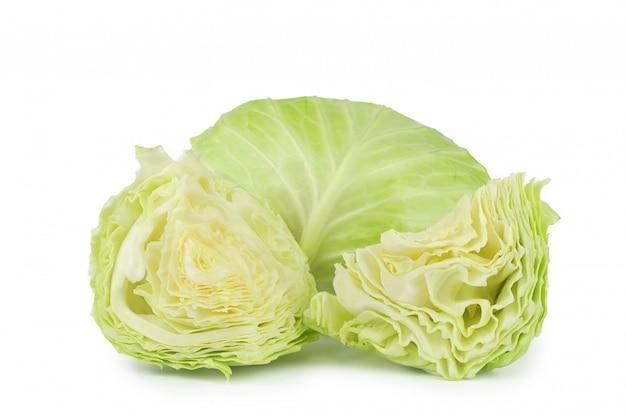 分離されたスライス野菜と緑と丸いキャベツ