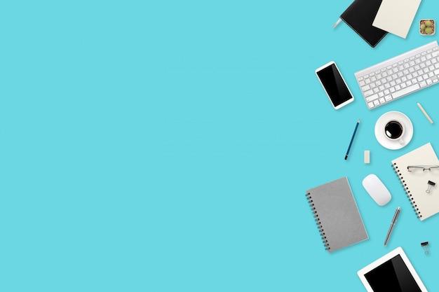 フラット横たわっていたまたはトップビューワークスペースオフィスグリーンデスクラップトップコンピューター、コーヒーカップ、携帯電話を使用してビジネスの背景