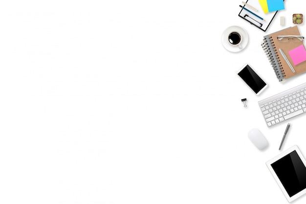 フラットレイアウトまたはトップビューワークスペースオフィスホワイトデスクラップトップコンピューター、コーヒーカップ、ビジネス背景に使用する電話