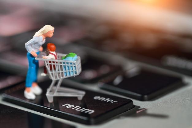 買い物客のプレスは自宅からオンラインで支払いとしてコンピューターのキーボードで入力します