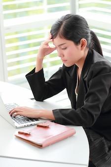 あまりにも深刻な働く女性、それは彼女の頭痛を引き起こしました