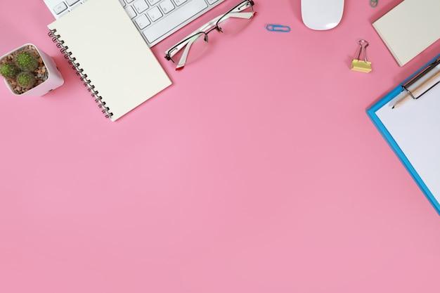 キーボード、ピンクの事務用品とフラットレイアウトテーブル