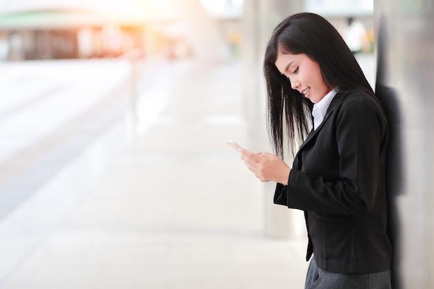 Деловая женщина с помощью смартфона