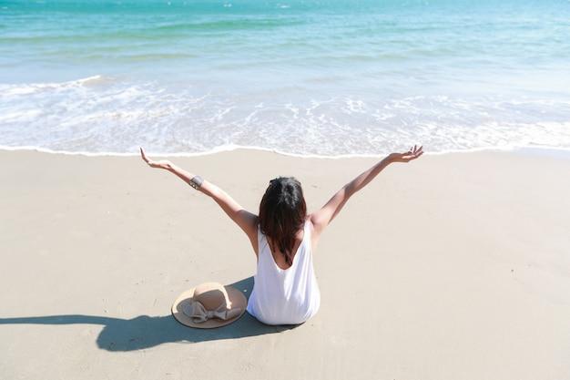 美しいと幸福の女性の肖像画は、ビーチで休暇をお楽しみください