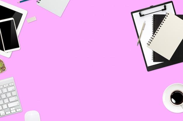 フラットレイアウトまたはトップビューワークスペースオフィスピンクデスクラップトップコンピューター、コーヒーカップ、スマートフォンを使用してビジネス