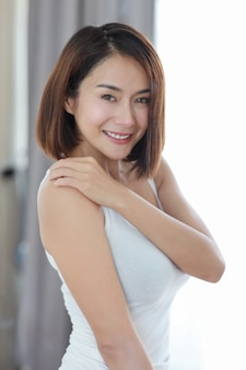 半分の長さの若い大人のアジア女性
