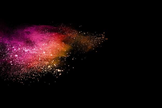 Многоцветный порошок взрыв на черном фоне.
