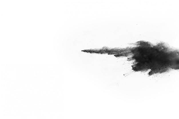 Частицы древесного угля на белом фоне, абстрактный порошок разбрызгивают на белом фоне.