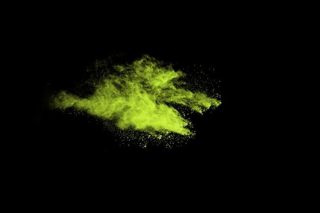 Абстрактный взрыв пыли, замороженные зеленые на черном фоне.
