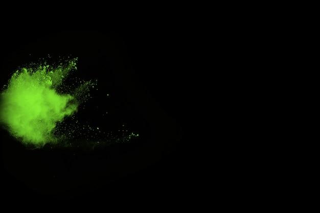 Движение абстрактного взрыва пыли замерзшего зеленого на черном фоне.