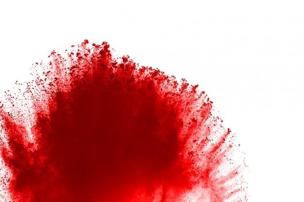 Заморозить движение взрывающаяся красный порошок, изолированных на белом фоне