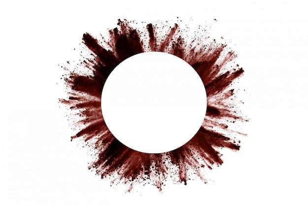 Взрыв порошка коричневого цвета на белом.