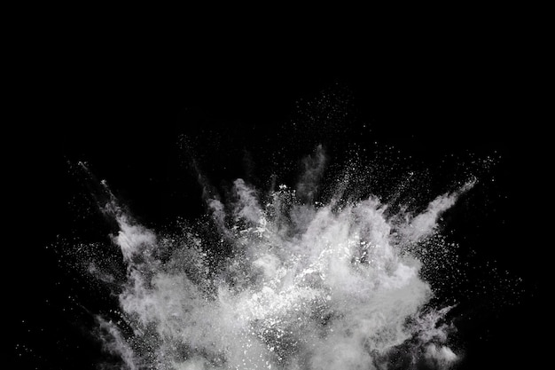 Белый порошок взрыв на черном фоне.