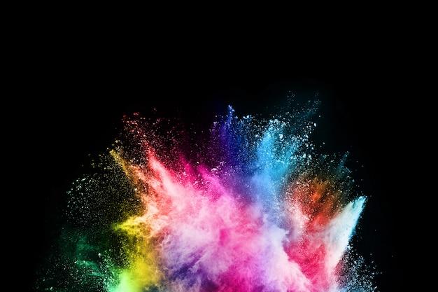 Абстрактный цветной взрыв пыли на черном фоне