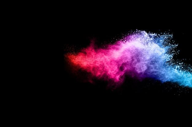 黒い背景に多色粉体爆発。
