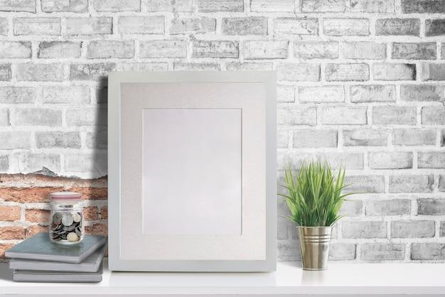 白いテーブルの上のモックアップ空白の木製の写真フレーム