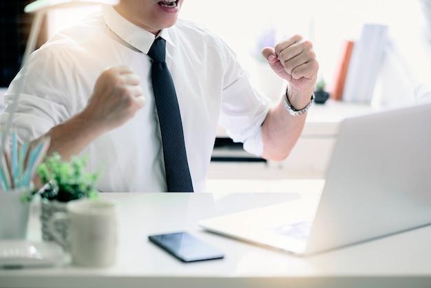 Счастливый бизнесмен с концепцией успеха и радости.