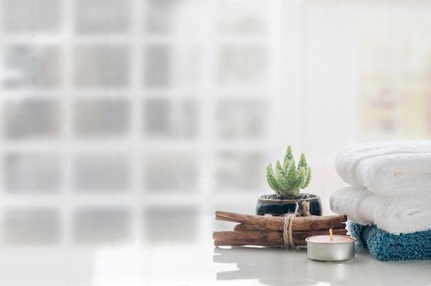 白いテーブルの背景、コピースペースにきれいなタオルのスタック。