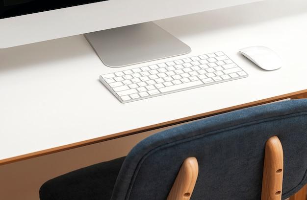 白いテーブルにデスクトップコンピューターの画像をトリミングしました。