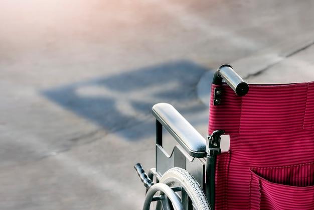 Инвалидная коляска на парковочных местах для инвалидов.