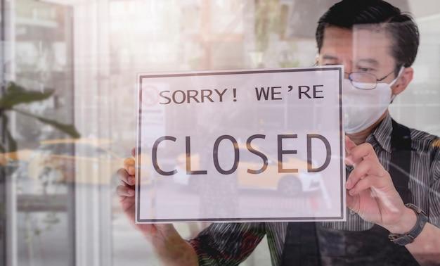 掛かっているビジネスマンはドアの看板を閉じた。