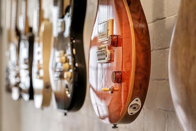 クローズアップ、電気、ギター、掛かる、壁
