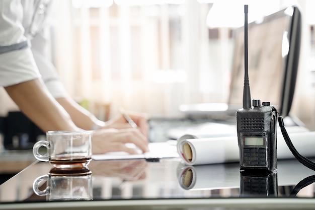 テーブルの双方向ラジオは、男性の作業の背景をぼかして