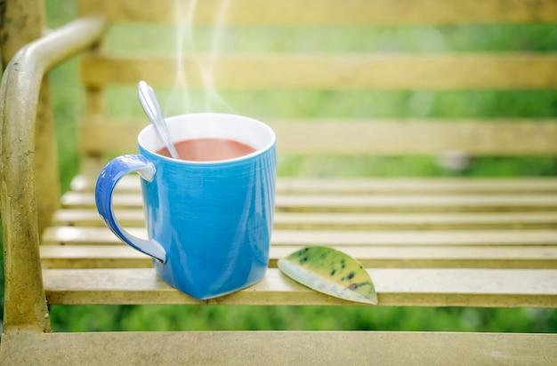 ぬいぐるみの背景とホットコーヒーのカップ。