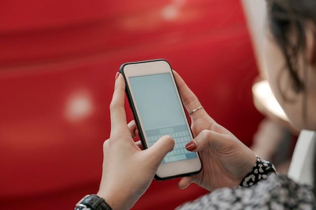 オフィスでスマートフォンを使用して実業家の不足分。