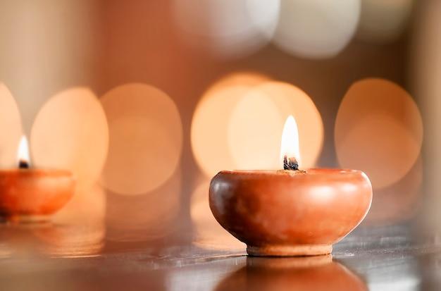 ライト付きキャンドルの自然鍋、テキストまたは製品表示用のスペースをコピーします。