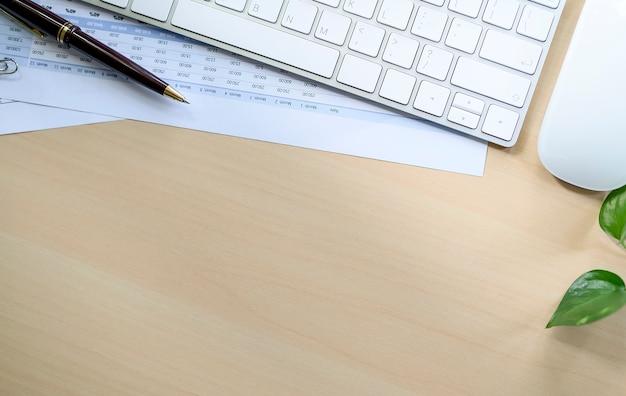 Взгляд сверху деревянного стола офиса с поставками и космоса экземпляра.