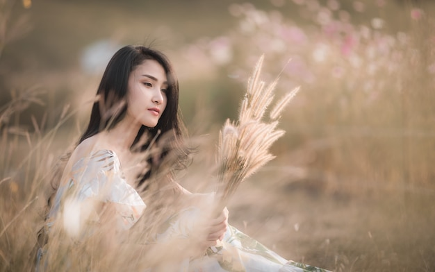 Представлять красивой азиатской девушки женщин сидя в годе сбора винограда стиля изображения цветка парка
