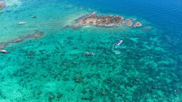 ピピ島クラビ県タイのツーリストハイシーズンにピピ島でシュノーケリングのためにチャーターされたロングテールとスピードボート