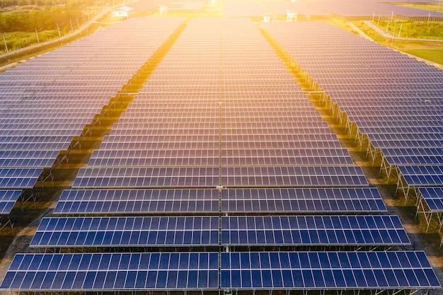 産業工場地域の太陽電池電気グリーンエネルギーと太陽電池パネルビューの上