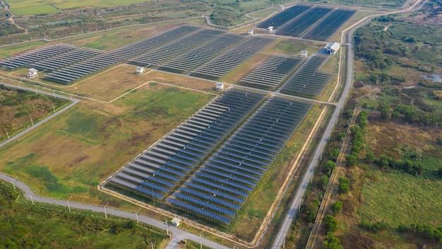Промышленная зона завода солнечные элементы электрической зеленой энергии и панели солнечных батарей выше вид