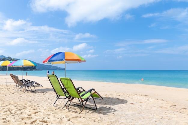 ビーチチェアとスリンビーチの傘